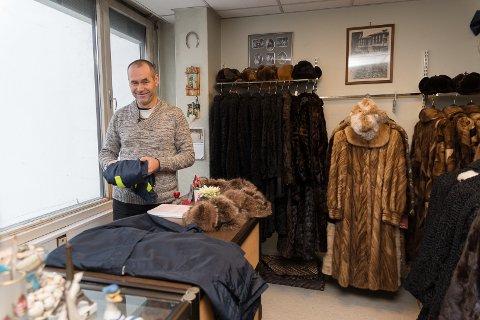 28 ÅR: Zissis Douvlos har drevet Hamar Pels- og Buntmakerforretning i Hamar i 28 år. Grekeren kom til Norge som turist i 1983.