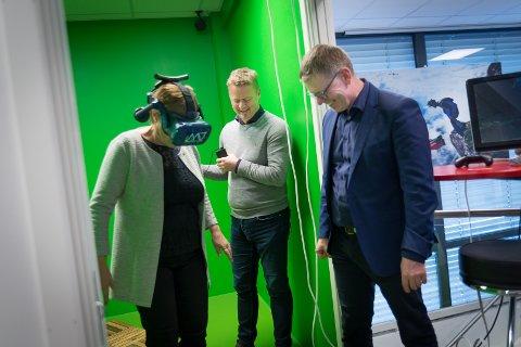 VR-TEST: Stortingsrepresentant Rigmor Aasrud får demonstrert AR av Making Views Are Vindfallet. NHO Innlandet-direktør Jon Kristiansen følger med fra sidelinjen.