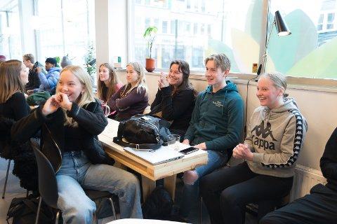 GLEDE: Hermine Solberg-Hansen, Marie-Chantel Øivindsdotter Luka og Tuva Johansen får nyheten om at de har vunnet.