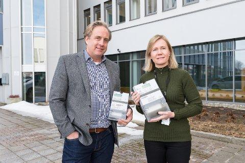 NYE MÅLERE: Tomas Arnewid og Anne Nysæether hos Eidsiva vil komme i mål med å installere nye strømmålere.