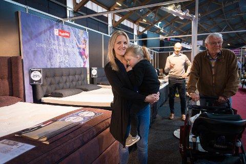 SENGEDRØM: Kamilla Sundmoen med datteren Iben på sengestand under Boligmessen i Vikingskipet.