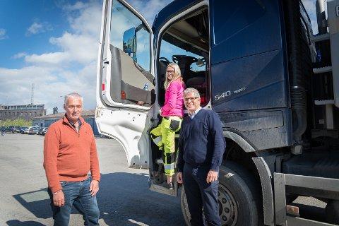 STORT BEHOV: Daglig leder hos Hagen Transport, Kai Hagen, daglig leder Slettmoen Transport, Emilie Slettmoen og NAV-direktør i Innlandet, Bjørn Lien, varsler tøffe kamper om å få tak i yrkessjåfører.