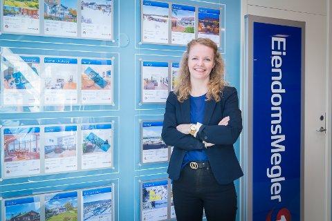 LAVERE TEMPO: Salgsleder Nina Dæhli hos EiendomsMegler 1 Hamar opplever at det tar litt lenger tid å selge boliger på Hamar.