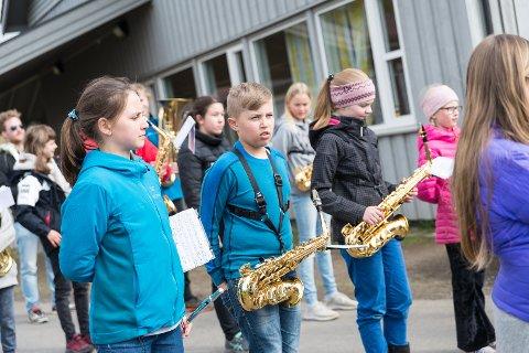 I VEKST: Erik Engen (i midten) og Ottestad skolekorps vokser, men ønsker seg fortsatt flere medlemmer og flere oppdrag.