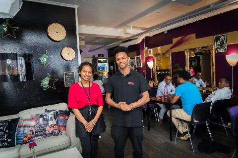 SPENT: Ekteparet Miriam Gezae og Awet Fessehaye inne i kafélokalene til Mama Africa. Awet hjelper til med driften av kaféen til Miriam og Liliam.
