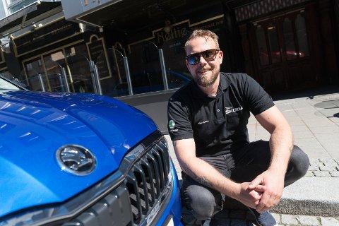 MÅ VENTE: Salgssjef Geir Fredriksen Aasen må vente helt til slutten av neste år med å levere ut Skodas nye elbil.