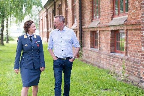 MINISTERBESØK: Ny leder for Forsvarets personell- og vernepliktssenter i Hamar, Gunn Elisabeth Håbjørg, tok med forsvarsminister Frank Bakke-Jensen på omvisning da han gjestet Ridehuset.