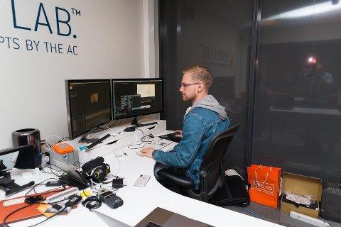 TEKNOLOGI: Mathias Eek har erfaring fra film- og TV-bransjen og jobber med teknologien i selskapet.