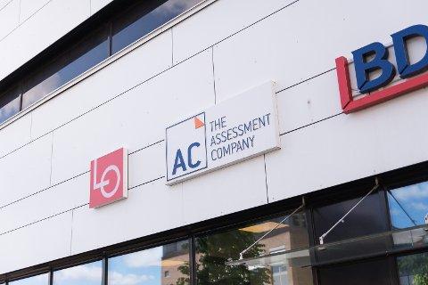 PARKGATA: The Assessment Company holder til i det hvite bygget i Parkgata.