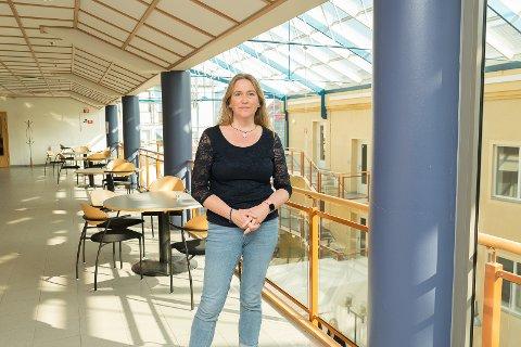 GLEDER SEG: Nyansatt rektor ved Sonans Utdanning i Hamar, Siri Steinsrud, gleder seg til skolestart til høsten. Hun venter at det blir studenter fra hele Innlandet.