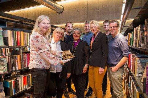 HYLLER BOKA: De er klare for Bokåret 2019. Fra venstre: Vigdis Stensby (Statsarkivet), Liv Bjelland (Hamar katedralskole), Magnus Sempler Holte (Anno Museum Domkirkeodden), Ole Kolbjørn Kjørven (Høgskolen i Innlandet), Therese Enger Andersen (Hamar bibliotek), Per Olav Sanner (Hamar bibliotek) og Halvard Bjørkås (Hamar biskop).