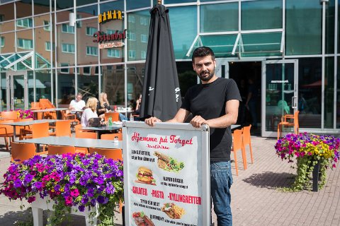SOMMER: Mohammed Mostafa gleder seg over en fin start for «Hjemme på torget».