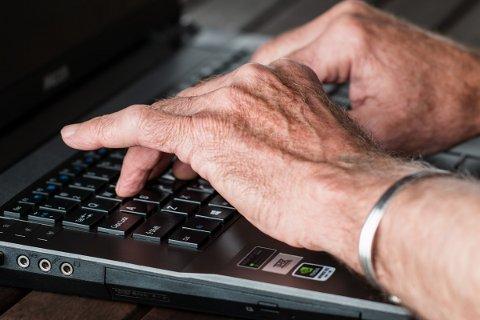 LÆRING: Å ikke kunne data i det moderne samfunnet er et handikap. Nå vil flere eldre kurses.