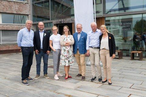 REGNSKAP: Regnbuealliansen har gjort opp status etter snart fire år. Fra venstre: Ivar Skramstad (Senterpartiet), Stig Vaagan (Venstre), Jane Meyer (Høyre), Katrine Aalstad (MGD, trakk seg ut av Regnbuealliansen), varaordfører Knut Fangberget (Høyre), ordfører Einar Busterud (BBL) og Inga Borud (BBL).