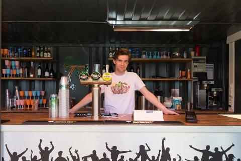 FØRSTE JOBB: Herman Reithaug har jobbet som bartender på Brygg Bar denne sommeren.