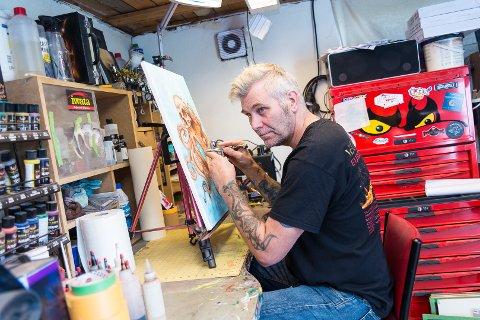 PIRK: Tore Sørlie tilbringer mange timer ved pulten på lakkeringsverkstedet i hans egen bolig.