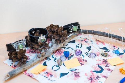 SMYKKER: Brukerne ved Sagatun brukerstyrt senter har også laget smykker til utstillingen.