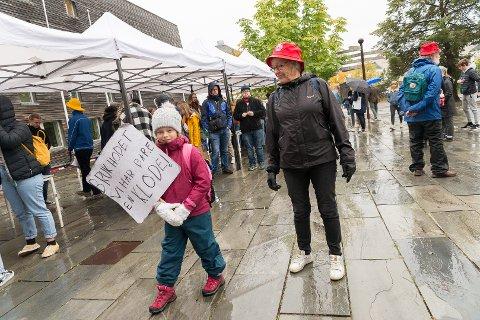 STØTTE: Inger-Beth Sandham i Besteforeldrenes Klimaaksjon viste støtte til Hoberg-elev Nora Huggins og de andre unge aksjonistene.