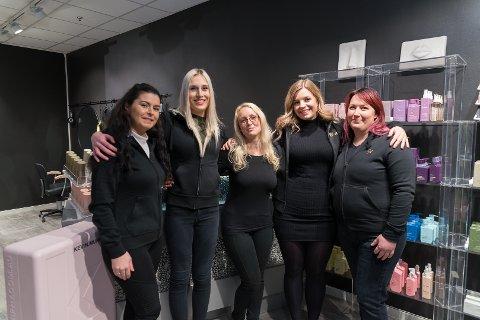 NY SALONG: Monica Ivlynd (i midten) gleder seg til å sette igang Cut'n Go. Her er hun sammen med Aferdite Vitija, Iris Kristine Melby, Martine Granberg og Siv Johansen.
