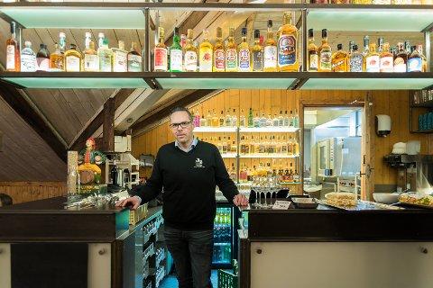 GLEDE: Brenneridirektør Ole Volden-Sandersen etter at Atlungstad Brenneri gleder seg over at de nå er blitt medlem av De historiske hotell og Spisesteder.