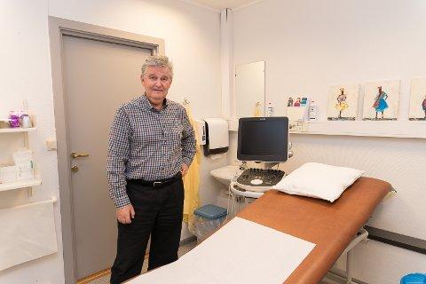 NØYE: – Jeg er en omstendelig lege, sier Rune Rekve, som har brukt mye tid på undersøkelser av pasientene.