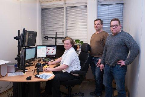 OVERVÅKNING: Systemoperatør Ørjan Frankmoen må følge godt med på 40 Elkjøp-butikker. Her er han sammen med teknisk sjef Kjetil Kvinge og daglig leder Ståle Solberg i Onsite Security.