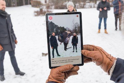 MØTER OLAF: MAgnus Sempler Holte fra Anno Domkirkeodden og Kristine Kvam fra EON Reality har møtt på Olaf på en av postene.