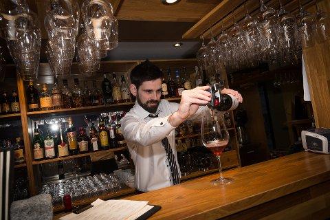 LIBANESISK: Tommy Finstad bruker en Coravin til å skjenke en libanesisk rødvin.