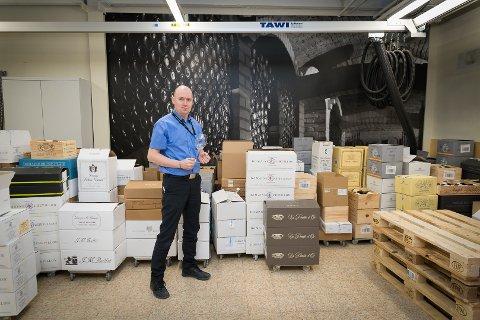 FYLT OPP: Lageret inne på Vinmonopolet i Hamar er fylt opp av viner fra Burgund. Polsjef Martin Lillemæhlum er klar for slippet.