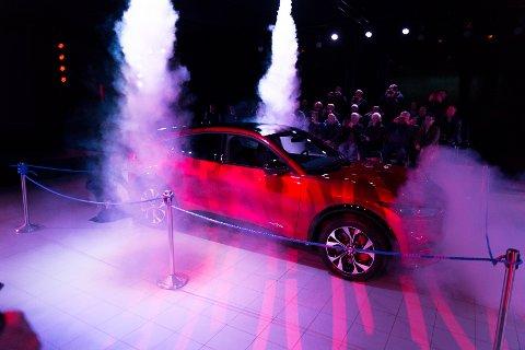 AVDUKET: Mustang Mach-E-bilen åpenbarer seg under visningen i Hamar.
