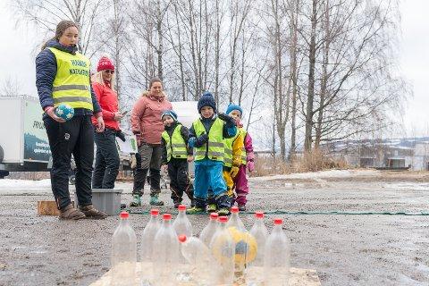 FLASKEBOWLNING: Elias Frang Østigård går for strike når han tester flaskebowing på aktivitetsdagen.