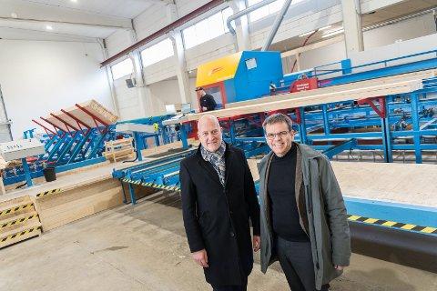 IGANG: Administrerende direktør i Optimera, Endre Fløystad, og direktør for byggsystemer, Stene Bergsløkken, gleder seg over at prefabfabrikken er igang.