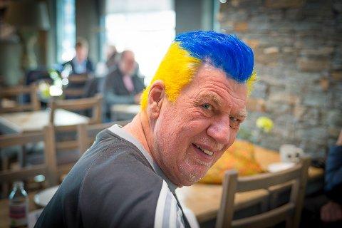 VEKKER OPPSIKT: Oddgeir Olsens frisyre vekker oppsikt. For han er det en naturlig hyllest av favorittlaget.