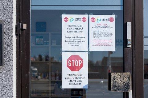 STENGTE DØRER: Kundene hos Hamar Dyreklinikk må vente ute før det gis behandling. Klinikken har stengt dørene.