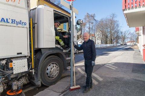 HJELPENDE HÅND: Bjørn Kirkeby i Sverres gate 54 har sving kosten. Det setter Frank Østby fra kommuneentreprenøren pris på.
