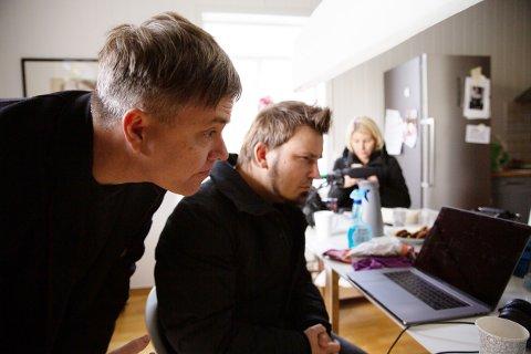 FØLGER MED. Kjetil Wold og Jens Haugen følger med på opptakene av reklamefilmen.