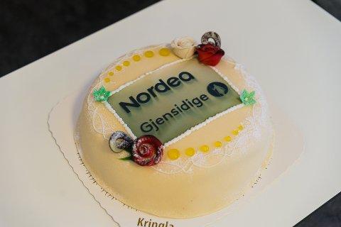 KAKE: Logoen til de to bedriftene på kaken som ble delt ut fredag.