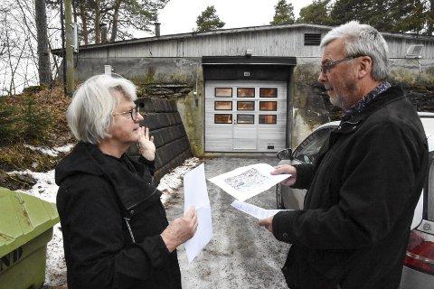 PLANER: Sigrid Lindstad forklarer for Tor Strand, forvalter for utleieboliger i Hamar kommune, hvilke planer hun har for den gamle vannverksbygningen i Stafsbergveien 44.