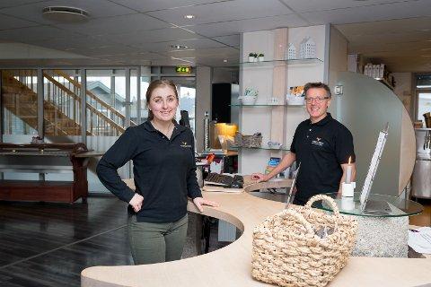 STEPPET INN: Inger-Karin Haarseth Kjernmoen har steppet inn som daglig leder av Hamar Vandrerhjem Vikingskipet. Eier Ole Røhnebæk er imponert over hva 23-åringen har fått til i krisetider, til tross for sin unge alder.