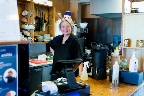 15 EGG: Daglig får Kirsti Hougen, som driver kafeen Tante Gerdas, rundt 15 egg fra de fem hønene i bakgården.