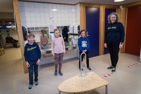 ENDELIG: Sivert Bertram Skaaret, Elise Vaarnes Weiby og Jens Eriksen Westerhaug er tilbake på skolen. Til høyre står Storhamar-rektor Mari L. Flagstad.