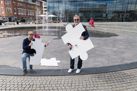 FYLLER RINGEN: Tegner og kunstner Nils Axle Kanten og kultursjef Morten Midtlien i Hamar kommune vil fylle den sosiale ringen på Stortorget med et gigantisk puslespill.