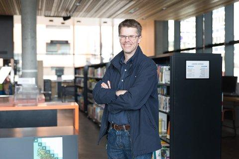 ÅPNER IGJEN: Biblioteksjef Per Olav Sanner gleder seg til å åpne biblioteket igjen.