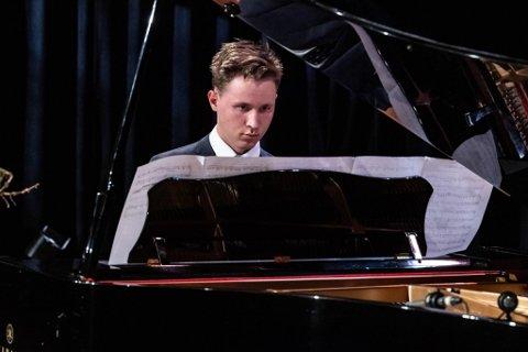 KONSERTEN: Teodor Nielsen under konserten i Bergen.