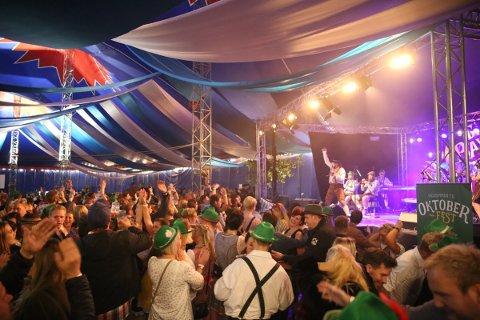 LIV OG RØRE: Slik er vi vant med å oppleve Oktoberfest i Hamar. Arrangørene håper de kan lage et tilnærmet vanlig arrangement denne høsten, men er forberedt på å måtte endre i konseptet.