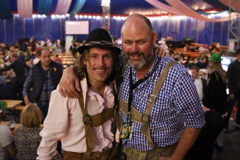 HÅP: Espen Bjørkheim (til høyre) håper at han og Eventlaget kan lage Oktoberfest i høst. Her står han sammen med sanger Lars Fredrik Børresen.