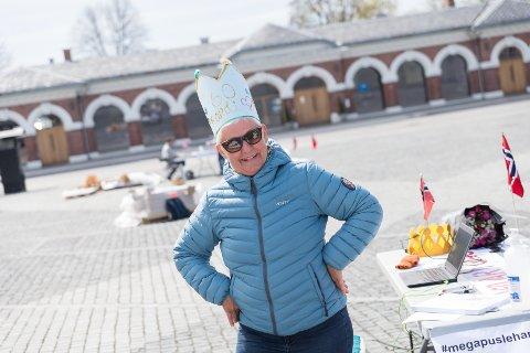60 ÅR: Randi Kongsli med krone på hodet, delte ut brikker på bursdagen.