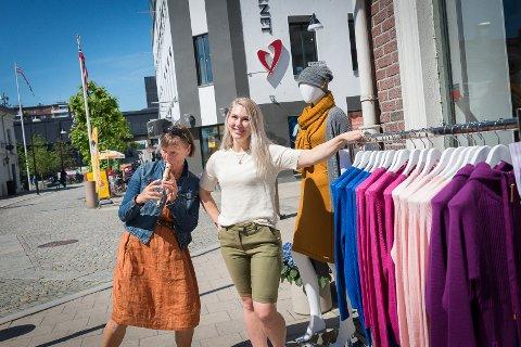 VISER SEG FRAM: Sentrumskoodinator Anne Dobloug og Cecilie Lien hos Lanullva håper på en sommer med mange norske turister og at folk handler lokalt.