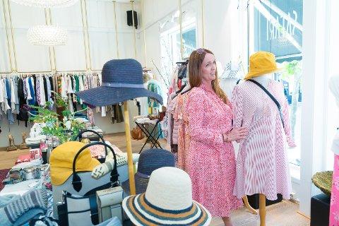JUBILANT: Kari Heier og Safari feirer 25 år som sentrumsbutikk. Under midtsommersdagene blir jublieet markert i butikken.