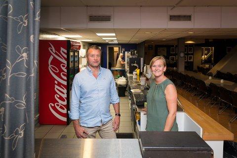 OVERTAR: Svein Larsen og Madhuset overtar driften av kjøkkenet i Vikingskipet. Det er Bente Bodin i Hamar Olympiske Anlegg glad for.